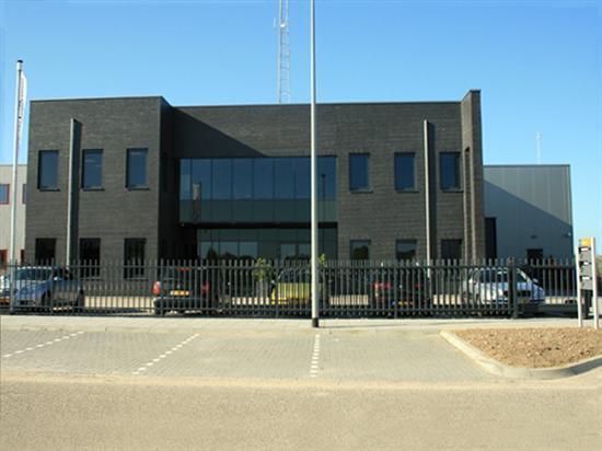Kantoorgebouw met bedrijfshal op bedrijveterrein De wildeman te Zaltbommel